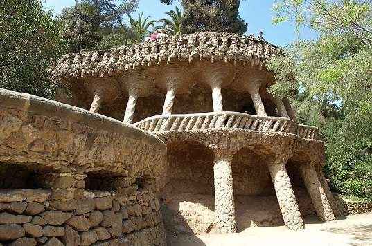 What are some important facts about the architect Antoni Gaudi?