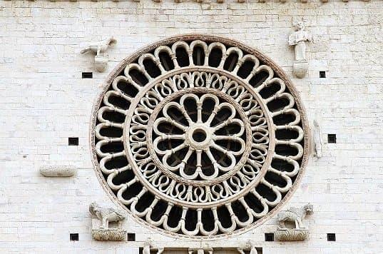 Каменная кладка в готическом окне